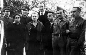 D'esquerra a dreta: primera fila: Lola Iturbe, Emma Goldman, Pedro Herrera, Juan Manuel Molina i Gregorio Jover; segona fila: Alfonso de Miguel, Josep Carbó i Martín Gudell (el més alt) (Catalunya, 1938). Foto de Senya Fléchine del web http://www.estelnegre.org/