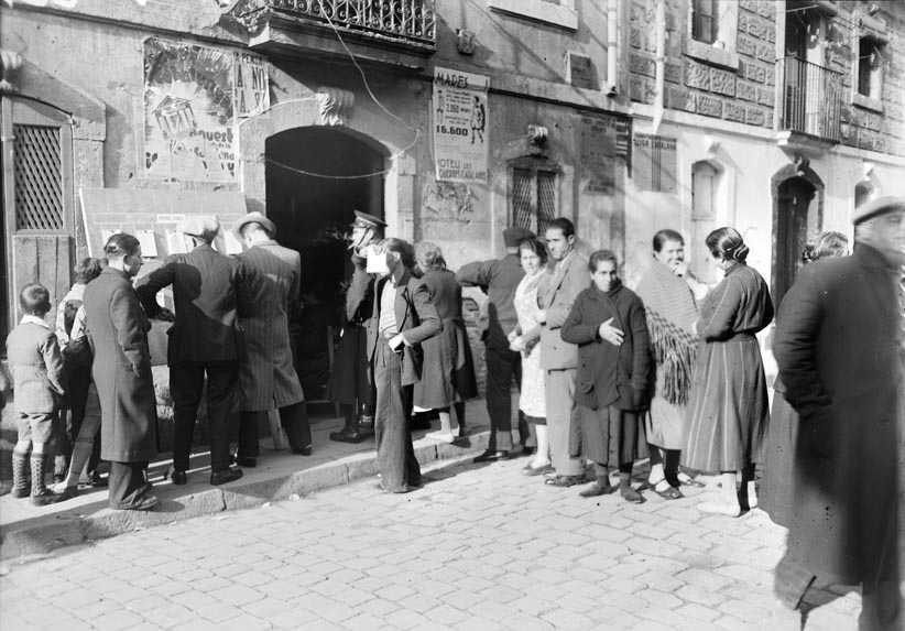 Electors fent cua en les eleccions municipals de 1934 en un col·legi electoral de la Barceloneta. Foto Josep Maria Sagarra. Fons AFB.