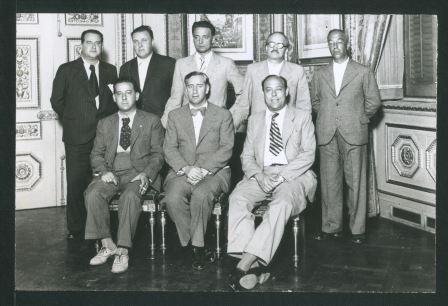 Hilari Salvadó és el primer dret per l'esquerra, i en Carles Pi i Sunyer, l'alcalde, el mig assegut.