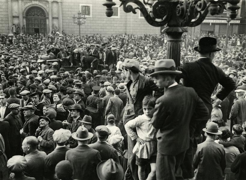 Plaça sant Jaume, 14 d'abril de 1931, Font: arxiu fotogràfic de Barcelona. autors: Autor: Sagarra, Josep Maria; Torrents, Pau Lluís.