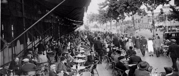 Terrassa del cafè Español. Autor: Josep Gaspar i Serra, font: Arxiu Nacional de Catalunya.