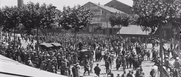 Multituts al Paral·lel, davant del Teatre Soriano. Autor: Barngulí fotogràfs. Arxiu Nacional de Catalunya