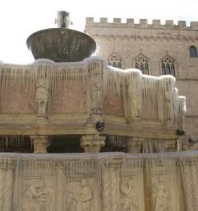 Detall de les escultures de la Fonta Maggiore. Arxiu Particular.